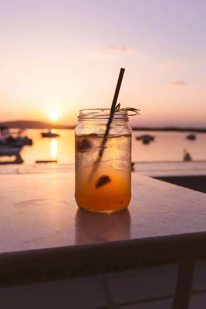 Cocktail beim Sonnenuntergang
